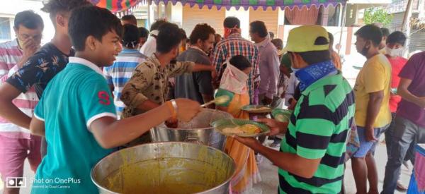 인도 비샤카트남 시에서 음식을 제공중인 지원팀. 사진=LG화학